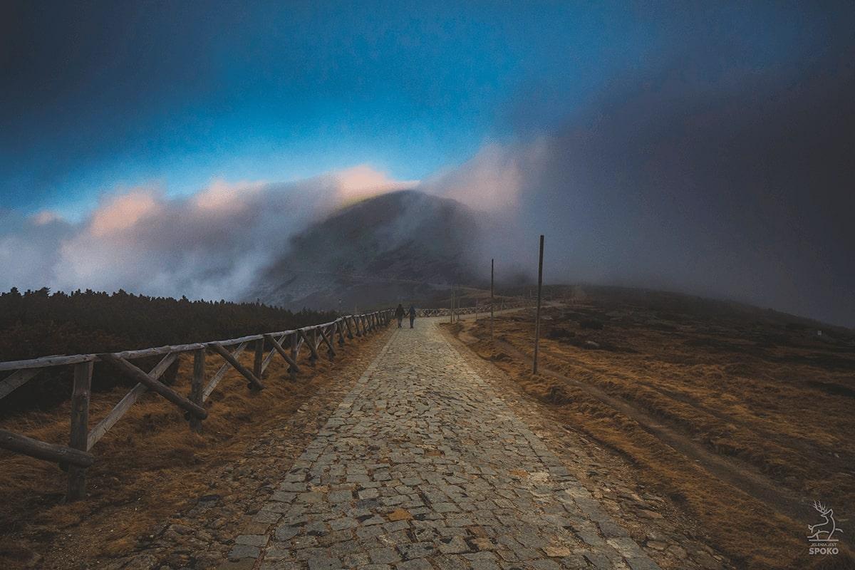 Śnieżka w mgłach