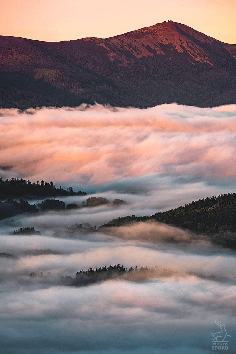 Śnieżka okryta mgłami